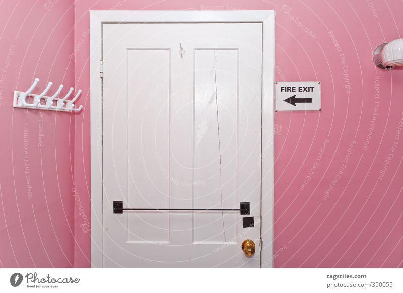 FIRE EXIT Architektur Innenarchitektur Lampe rosa Raum Tür Sicherheit Postkarte trashig Kanada Holztür Kleiderhaken Notausgang Fluchtweg Zimmertür
