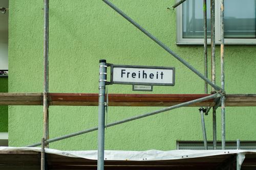 Freiheit erfordert umfassende Renovierung Sonnenlicht Tag Detailaufnahme Straßennamenschild Fassade Wand Schilder & Markierungen Wegweiser Architektur