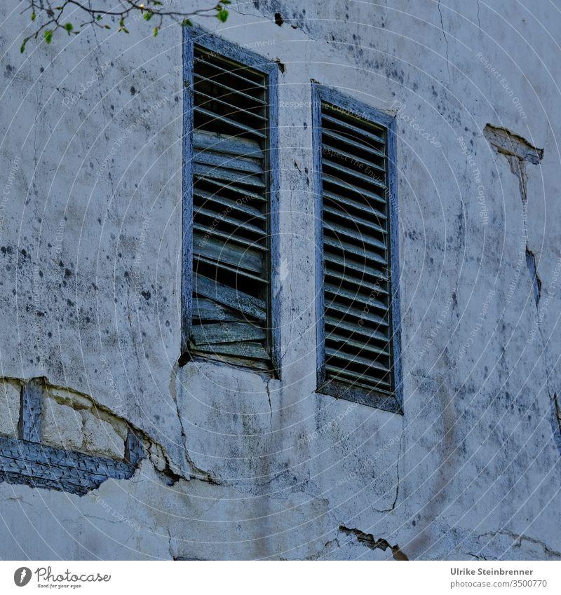 Düstere Altbaufassade mit Fensterläden aus Holzlamellen Fensterladen Lamellen holzlamellen Haus Gebäude Fassade verlassen alt Abrissgebäude Hauswand geschlossen