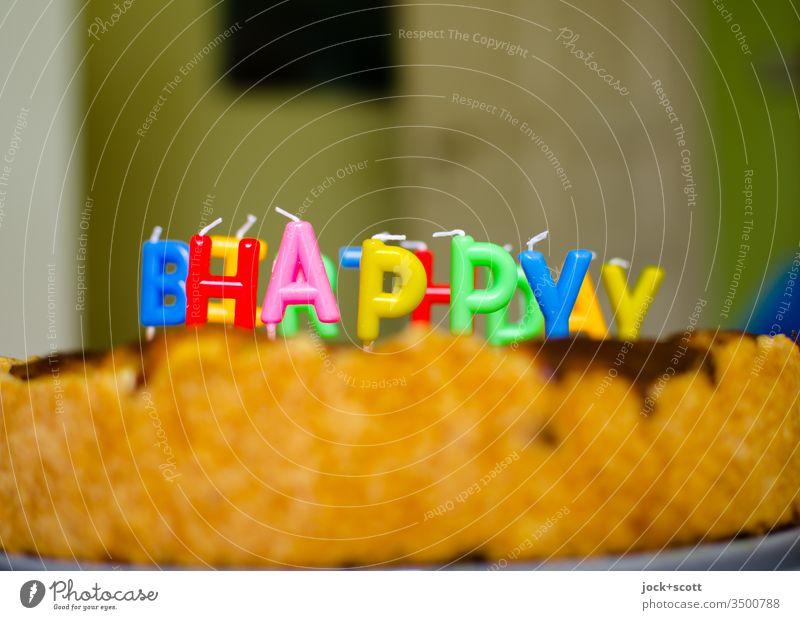 Geburtstag mit Kuchen und Happy Birthday Geburtstagskuchen Feste & Feiern Buchstaben Wort Englisch Typographie Kerzen Buchstabenkerzen mehrfarbig Zimmer Tür
