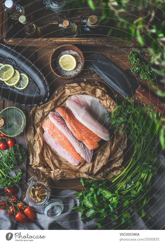 Verschiedene bunte Fischfilets auf umweltfreundlichem Papier . Rustikale Küche . Zutaten für schmackhafte Hausmannskost . Ansicht von oben. Stilleben .