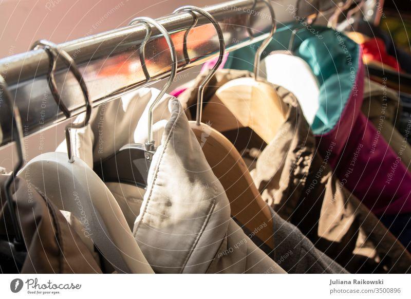 Kleider an einer Kleiderstange auf  dem Flohmarkt Klamotten Kleiderbügel Kleidung Kleiderständer Bekleidung Mode hängen Detailaufnahme kaufen Stil Lifestyle
