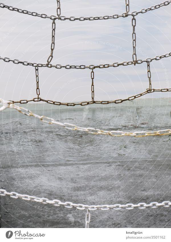 Einstieg auf einem Schiff, durch verbundene Ketten abgesperrt Absperrung Schifffahrt Sicherheit Kettenglieder Schiffsplanken Wasser silberfarben grau Metall