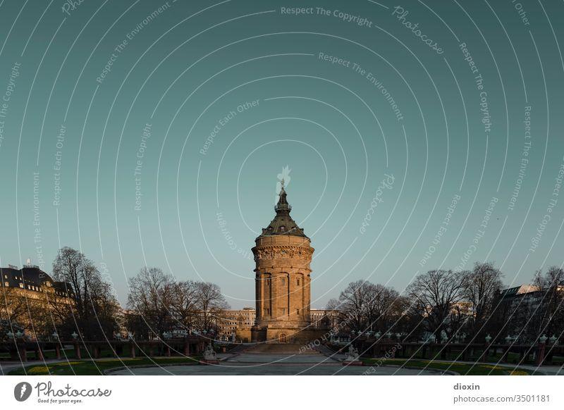 Der Wasserturm zu Mannheim Turm Architektur Menschenleer Himmel Außenaufnahme Gebäude Bauwerk Farbfoto Tag Textfreiraum oben Sehenswürdigkeit Stadtzentrum