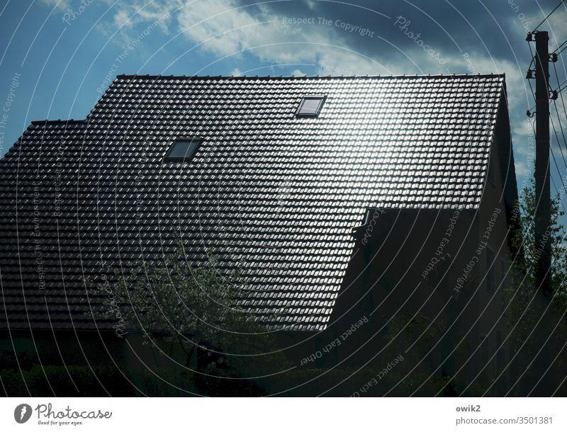 Dachglanz Haus Ziegeln glänzend Kontrast Wolken Himmel Strommast Kabel Dachfenster blau Elektrizität Außenaufnahme Farbfoto weiß Menschenleer Fenster