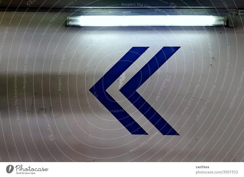 Unter dem fahlen Licht der Neonröhre war der entscheidende Hinweis Parkhaus Richtung Pfeil blau Schilder & Markierungen Hinweisschild Zeichen Orientierung