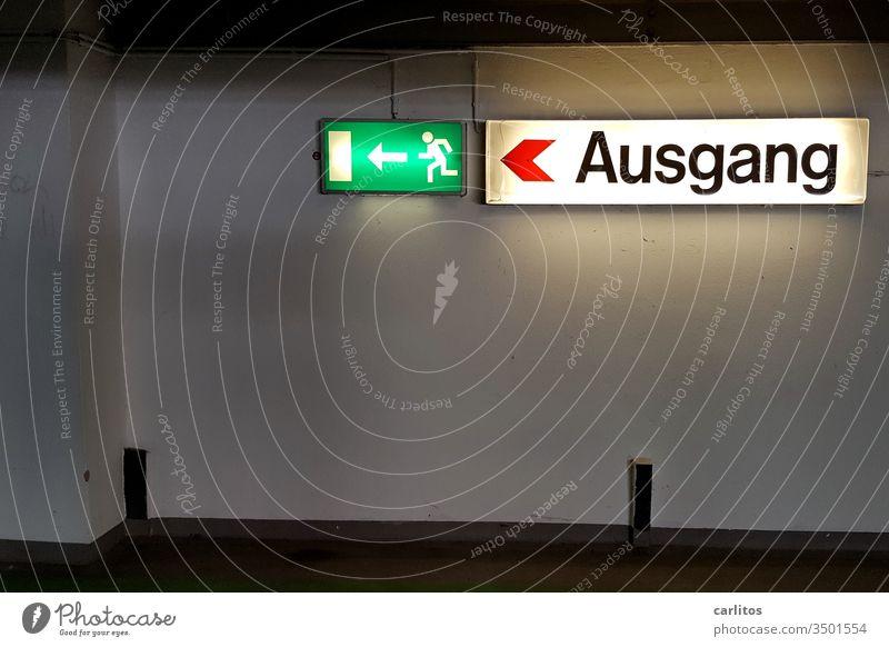 Der Fluchtweg ist der Ausgang - oder ist es umgekehrt ? Parkhaus Notausgang Hinweisschild Schilder & Markierungen Pfeil Zeichen Warnschild Sicherheit Wand grün