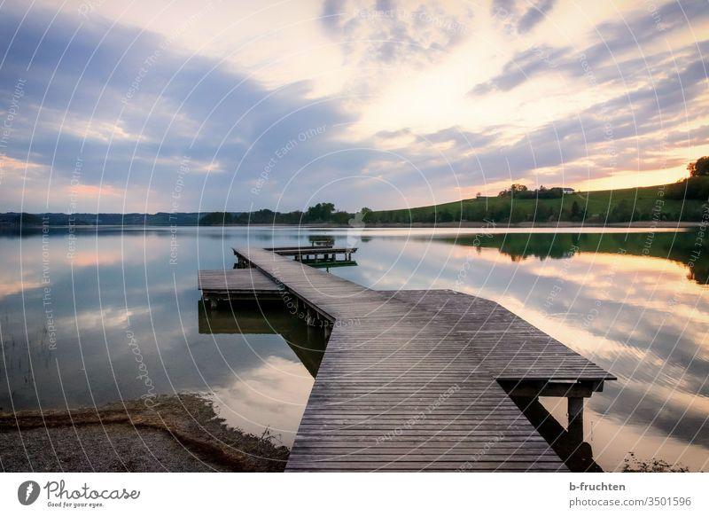 Abendstimmung am See, Mattsee, Österreich Steg Holzsteg Wasser Natur Außenaufnahme Landschaft Farbfoto Seeufer Himmel Menschenleer ruhig Umwelt Idylle Wolken