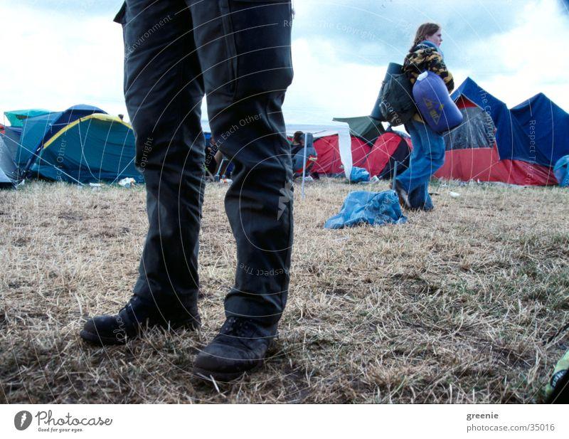 roskilde walking Frau Gras Paar Beine gehen paarweise Camping Zelt Musikfestival Gepäck