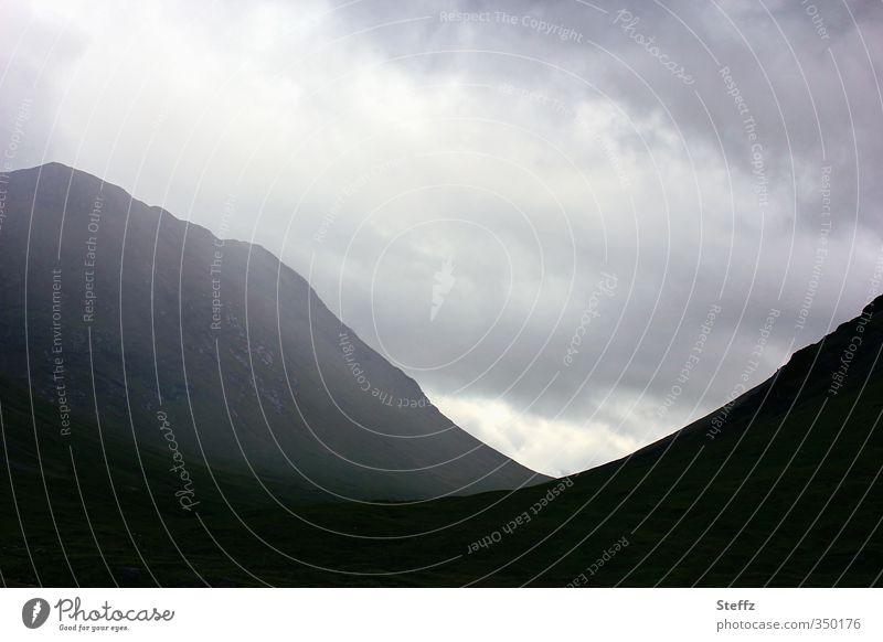 Geheimnis unheimlich unheimliche Ruhe Hügel nordisch nordische Romantik verwunschen Schottland Nebel Felsen dunkel grau träumen Einsamkeit Nebelstimmung düster