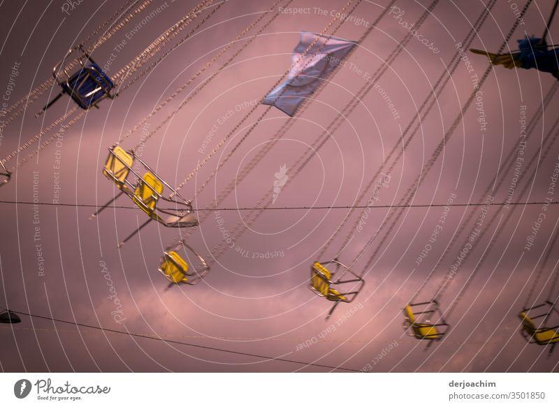 - 600 - leeres Karussell  /  Mitfahrgelegenheit,  es sind noch Plätze frei. Die Gondeln fliegen durch die Luft im Kreis. Jahrmarkt Freude Himmel drehen