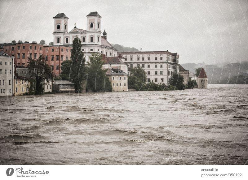 Passau Hochwasser 2013 -4 Umwelt Natur Urelemente Wasser schlechtes Wetter Unwetter Regen Fluss Donau Haus Einfamilienhaus Entsetzen Verzweiflung Respekt