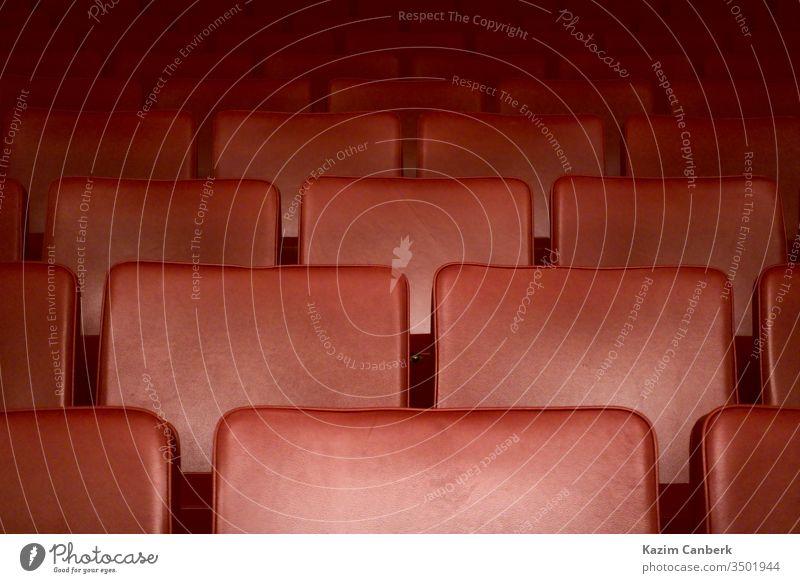 Leere rote Sitze eines Theaters nach der Ausgangssperre wegen Coronavirus Kunst Oper Kino zugeklappt leer Quarantäne Korona Virus Corona-Virus weltweit Pandemie