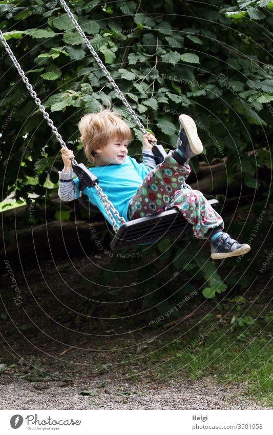 Kind hat Spaß auf der Schaukel | Lieblingsmensch Jung Mensch Kleinkind Freude schaukeln Spiel Bewegung Spielplatz Lachen Spielen Kindheit Farbfoto Lebensfreude