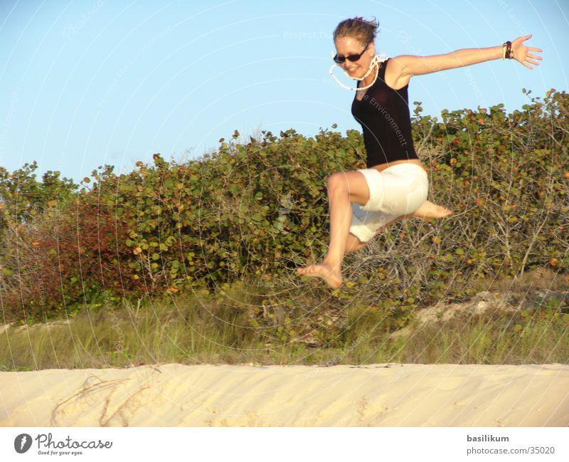 Sprung Frau Ferien & Urlaub & Reisen Strand Sand springen Insel Sträucher Palme Kuba hüpfen