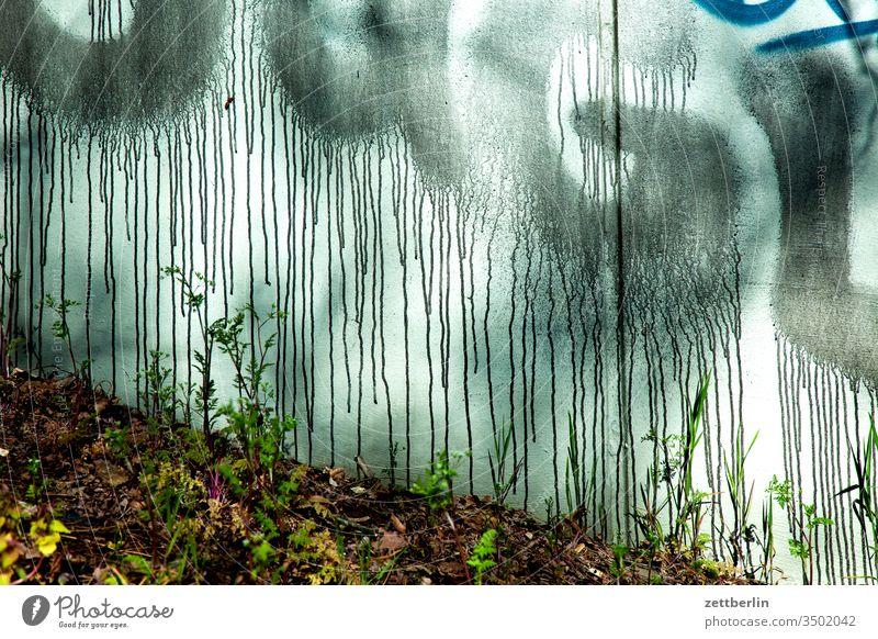 Bekleckerte Wand wand mauer grafitti graffiti sprayer gesprayt farbe brücke beton spritzer läufer nase fehler vandalismus maler malerei
