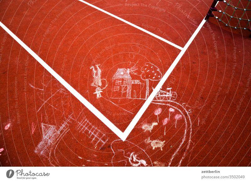 Kreidemalerei auf dem Bolzplatz illustration kinderbild kinderzeichnung kreide pflastermalerei spiel spielfeld spielfeldmarkierung spielplatz tartan linie