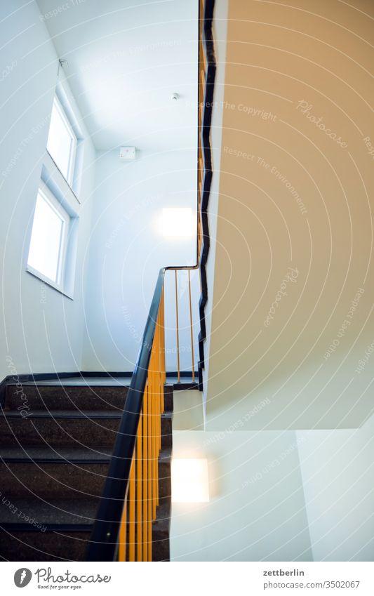 Treppenhaus treppengeländer treppenhaus abwärts treppenabsatz aufstieg abstieg aufwärts fenster mehrfamilienhaus menschenleer mietshaus stufe textfreiraum