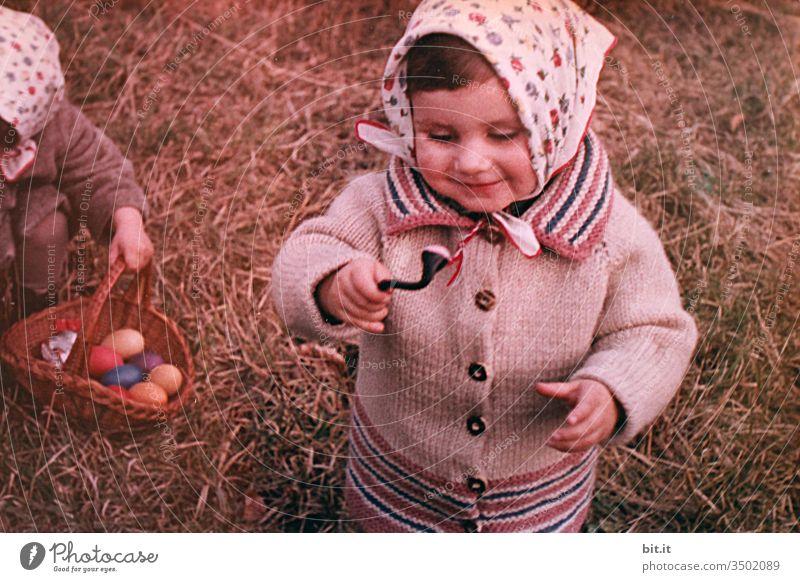 ....die Freude Mädchen mädchenhaft Ostern Osternest Osterei 60s Scan analog damals früher Frühling Ei Tradition Natur Feste & Feiern Nest Kopftuch Strickjacke