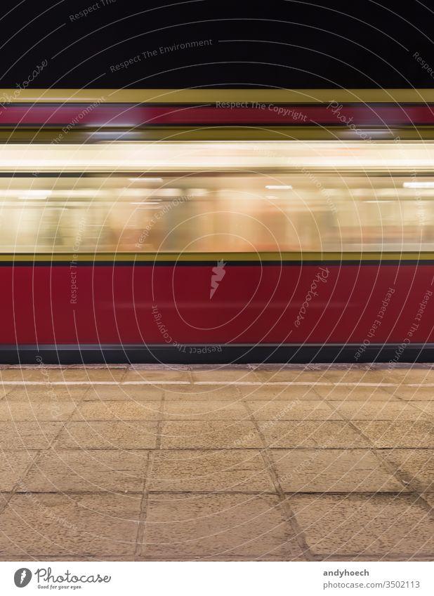 Roter Eisenbahnwagen des Berliner Verkehrsverbundes abstrakt Architektur Hintergrund Unschärfe verschwommen Gebäude Business Großstadt S-Bahn Arbeitsweg Pendler