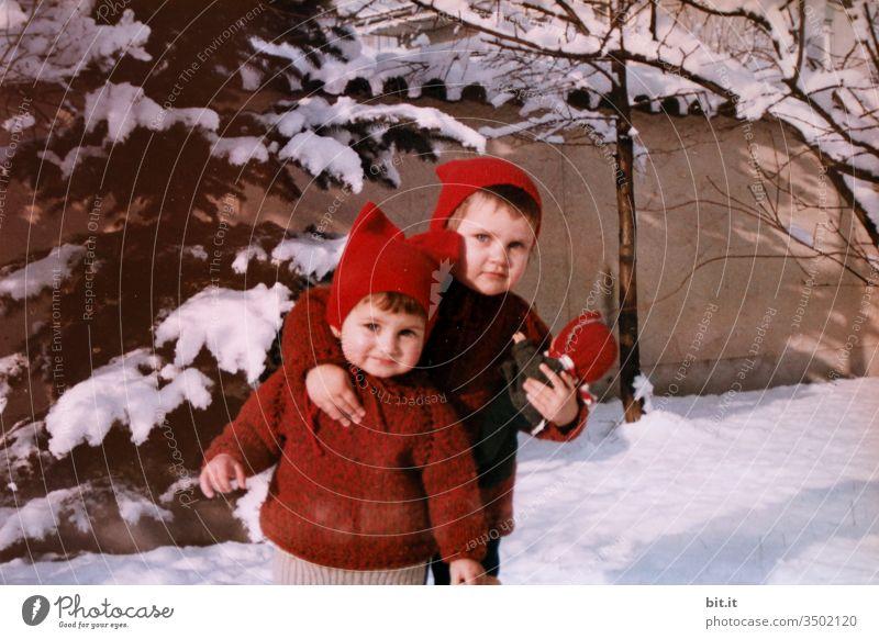 Meine zwei Puppen, die halt ich fest. Kind Kindheit Kindererziehung Mädchen Schnee Winter Zusammensein gemeinsam Freude Glück Spielen niedlich klein