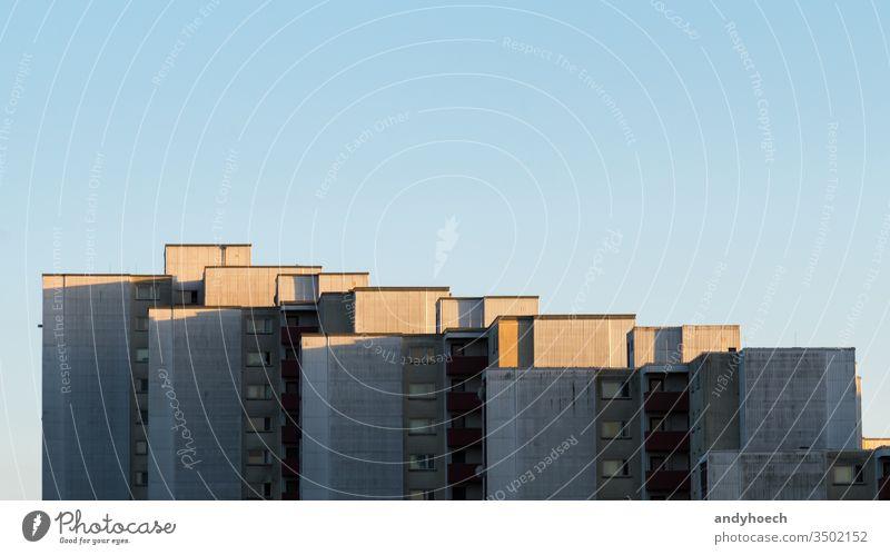 Sonnenlicht am Nachmittag auf dem Wohnhaus Unterkunft Appartement Architektur Hintergrund Berlin groß Klotz blau Gebäude Großstadt Stadtleben Klarer Himmel