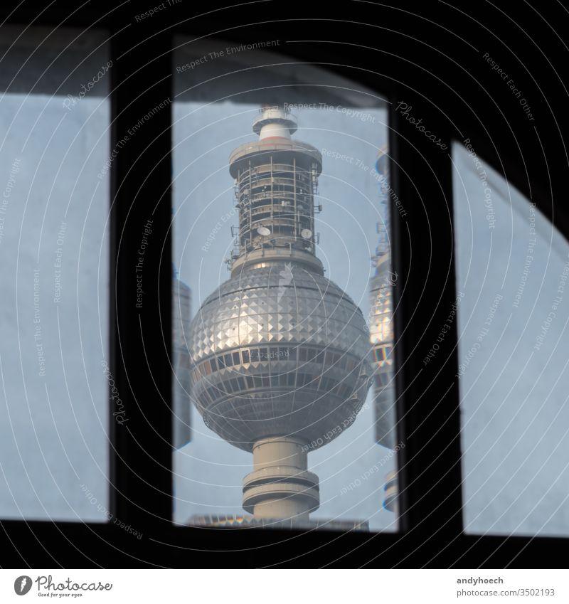 Der Berliner Fernsehturm hinter einem alten Fenster alexander Alexanderplatz Architektur Anziehungskraft Hintergrund blau Ausstrahlung Gebäude Kapital Großstadt