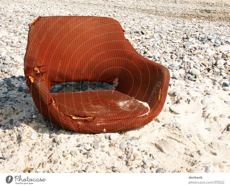 sessel Strand Sessel rot Stil Sandkorn kaputt alt braun Erholung retro Freizeit & Hobby Stuhl Stein Dänemark Wasser dreckig Sitzgelegenheit Sonne