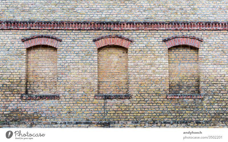 Drei Fenster eines alten Hauses sind zugemauert abstrakt gealtert antik Architektur Kunst Hintergrund Baustein Ziegel Mauerwerk braun Gebäude Business Historie