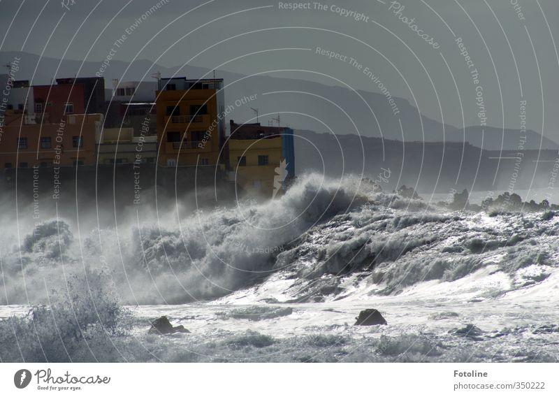 stürmisch Himmel Wellen Küste Strand Meer Stadt Haus nass natürlich wild Gischt Farbfoto Gedeckte Farben Außenaufnahme Tag Licht Sonnenlicht