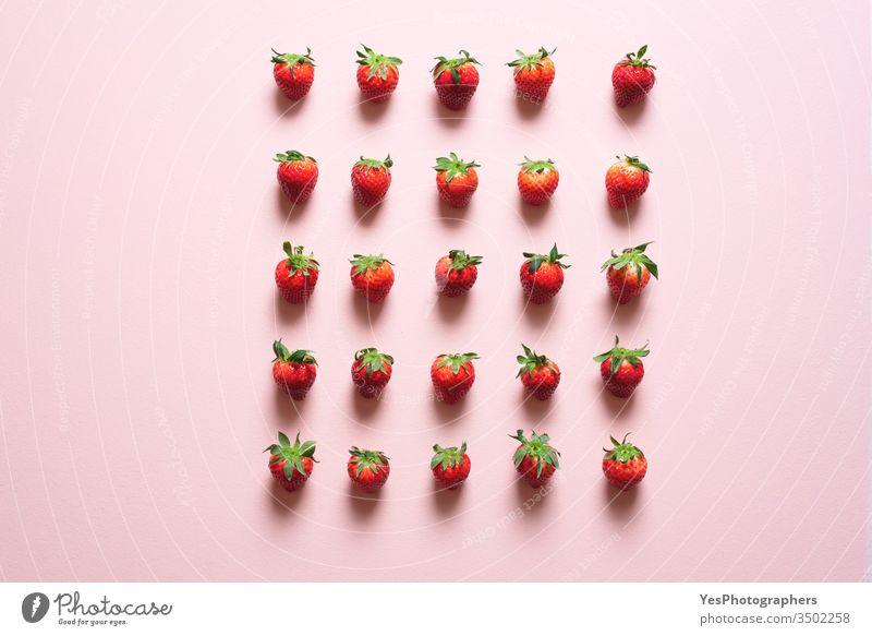 Frische Erdbeeren symmetrisch ausgerichtet auf dem Tisch Ackerbau Beeren Biografie Konzept Kontrolle Gedränge Entzug Diät disziplinieren Distanzierung