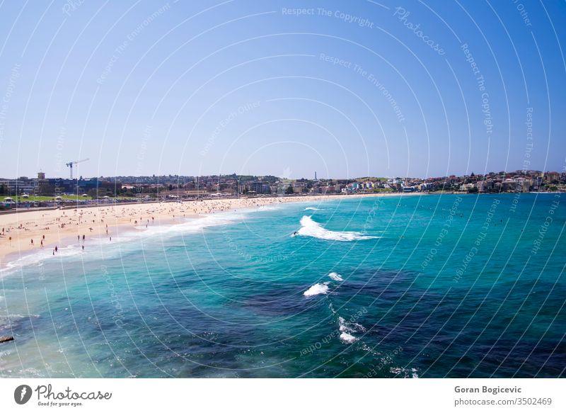 Bondi Beach, Australien Sydney Strand bondi Wasser blau Meer MEER Sommer Wellen Seeküste Küste Sand Sauberkeit Urlaub sonnig Australier Sommerzeit Skyline