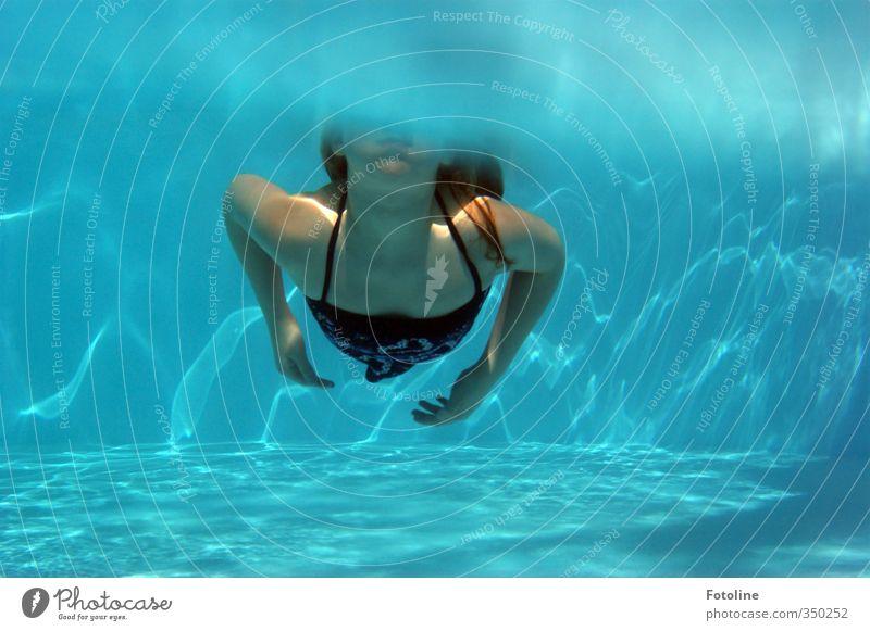 total blau | kleine Wasserratte Mensch feminin Kind Mädchen Kindheit Körper Haut Haare & Frisuren Arme Hand hell kalt nass Schwimmbad Sommerferien Sommerfreunde