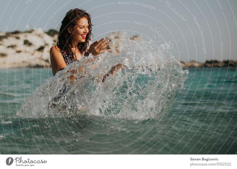 Junge Frau geht im Sommer im warmen Meerwasser spazieren schön Wasser Strand Schönheit Feiertag Urlaub reisen MEER jung Tourismus laufen Natur