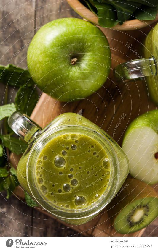 Gesunder grüner Smoothie in Dose auf Holztisch Apfel Entzug Diät trinken Lebensmittel frisch Frucht Ingwer Glas Gesundheit gesundes Getränk Kiwi Minze Ernährung