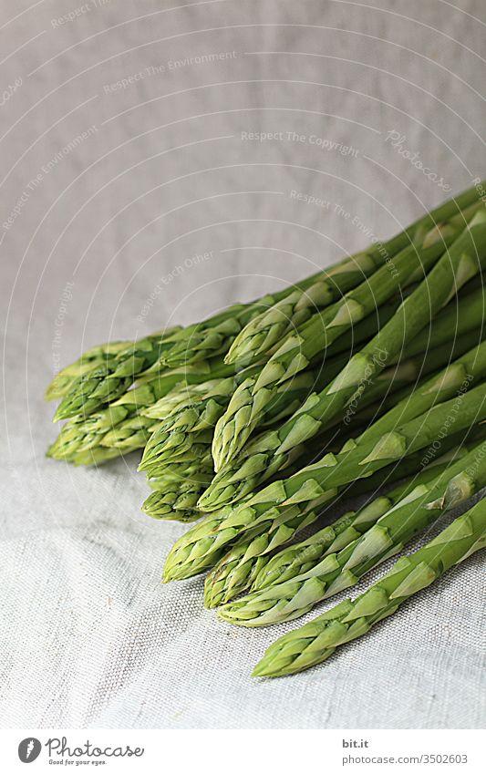 Grüner Spargel erntefrisch. Spargelzeit Spargelbund Bund grüner Spargel Spargelernte Ernte Gemüse Ernährung Spargelspitze Vegetarische Ernährung Bioprodukte