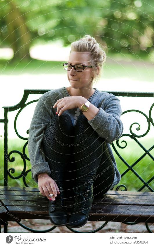 Auszeit Mensch Jugendliche Einsamkeit Erholung ruhig Erwachsene feminin Gefühle 18-30 Jahre Traurigkeit Garten Angst blond Freizeit & Hobby Zufriedenheit Hoffnung