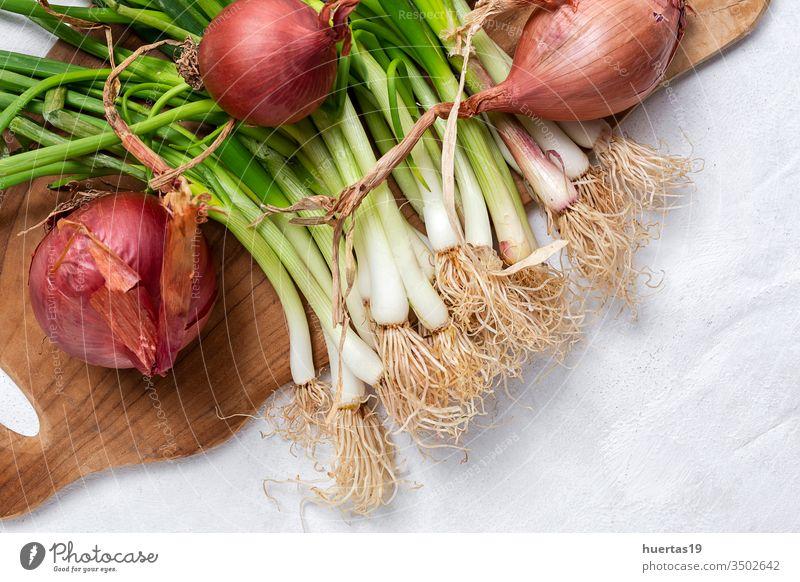 Frische rote und weiße Zwiebeln auf weißem Hintergrund Lebensmittel Gemüse Bestandteil natürlich gesunde Ernährung frisch Vegetarier Veganer organisch