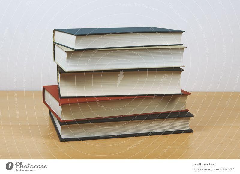 Bücherstapel - altmodische Hardcover Bücher Buch Stapel bücher Bildung hardcover gestapelt Schreibtisch lesen lernen Wissen Studium Literatur Schule Bibliothek