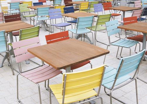 leere Tische und bunte Stühle im Straßencafé Café Restaurant Menschenleer Stuhl im Freien Wirtschaft Krise Terrasse niemand keine Menschen Möbel Tourismus