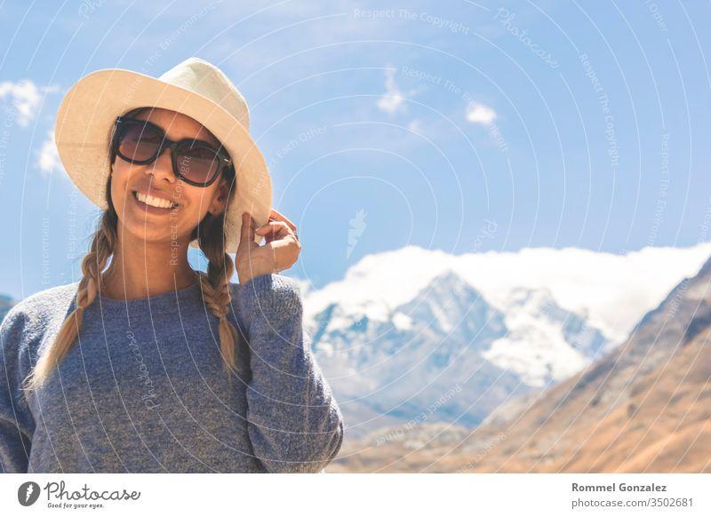 Schöne Frau genießt die gebirgige Landschaft der Callejon de Huaylas, Huraz. Peru. gelb Wellness Wildnis Tourismus Wanderung Erholung Inspiration Berge