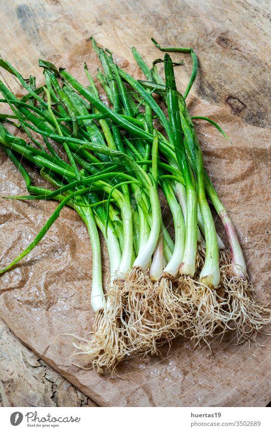 Frische rote und weiße Zwiebeln auf Holzuntergrund Lebensmittel Gemüse Bestandteil natürlich Hintergrund gesunde Ernährung frisch Vegetarier Veganer organisch