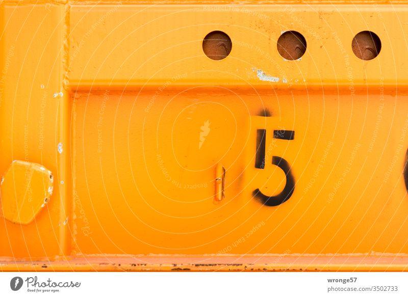 Nummer 5 - Ziffer auf der Wand eines orangen Containers Ziffern & Zahlen Farbfoto Menschenleer Außenaufnahme Schilder & Markierungen Detailaufnahme