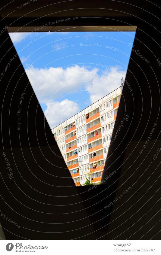 Magdeburger Platte Plattenbau Wohnhaus Fassade Straßenseite Fenster Balkone Haus Architektur Menschenleer Gebäude Stadt Außenaufnahme Wohnhochhaus Farbfoto Tag