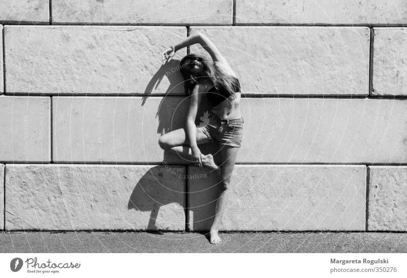 Stehen Schwarzweißfoto Mauer Frau biegen stehen Tanzen Yoga Stein Beton Schatten Sonne Mitte Mode
