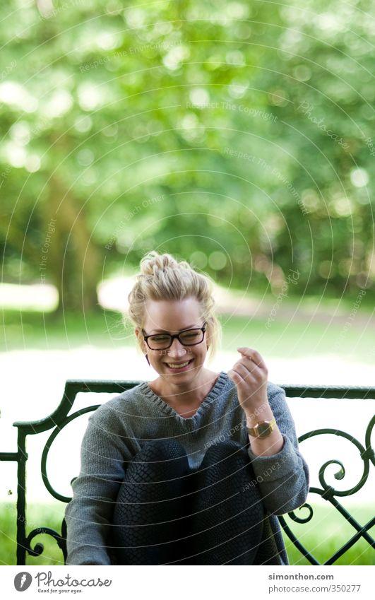 Spaß Mensch Frau Jugendliche Ferien & Urlaub & Reisen grün Sommer Erholung Freude Erwachsene 18-30 Jahre feminin lachen Glück Freundschaft Park blond
