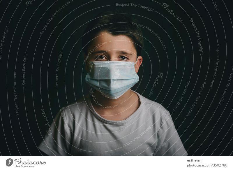 Coronavirus,trauriges Kind mit medizinischer Maske Virus Seuche Pandemie Quarantäne covid-19 Symptom Medizin Gesundheit Mundschutz Kindheit Traurigkeit positiv