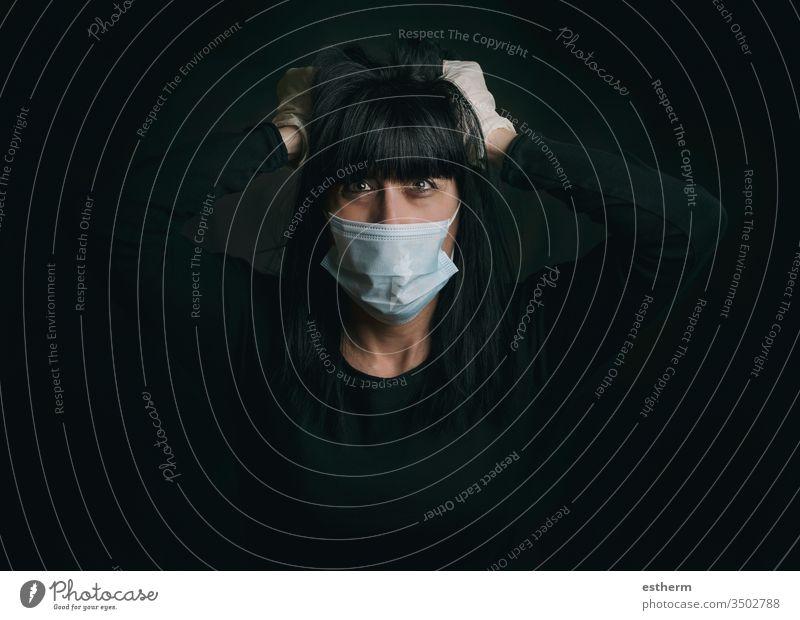 Coronavirus,junge Frau mit medizinischer Maske, die verzweifelt die Quarantäne fordert Junge Frau covid-19 Virus Seuche Pandemie zu Hause bleiben Mundschutz