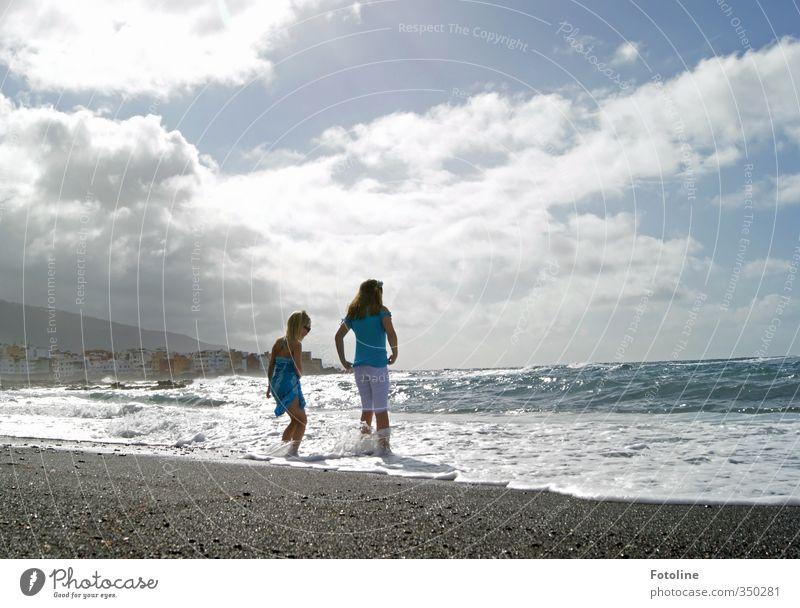 Wellen fangen Mensch Kind Himmel Natur blau Sommer Meer Mädchen Landschaft Freude Wolken Strand Umwelt Wärme feminin Spielen