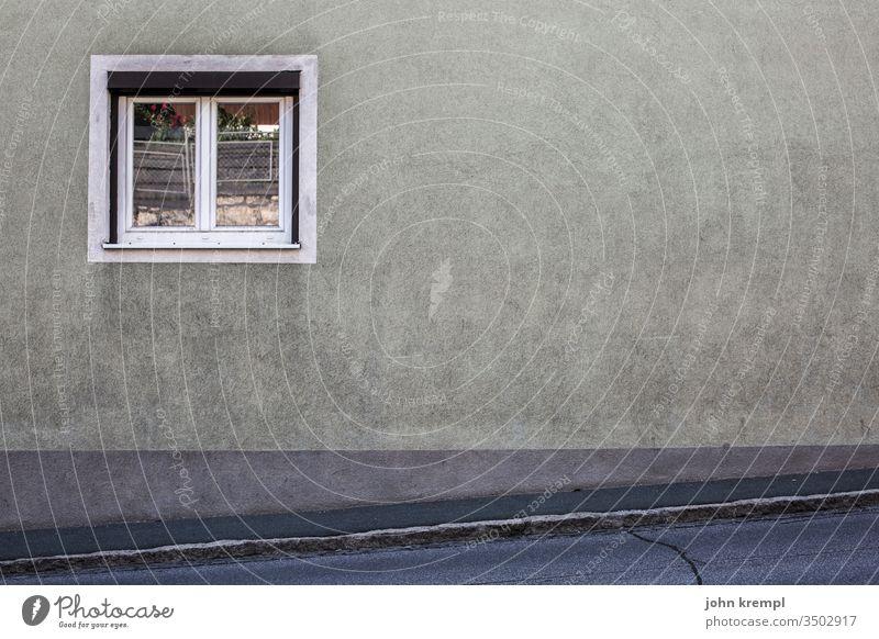 Besprühungswilligkeit Wand Fenster grau Dorf Gebäude Gedeckte Farben alt Fassade Menschenleer Außenaufnahme trist Vergänglichkeit Mauer Verfall schräg Straße